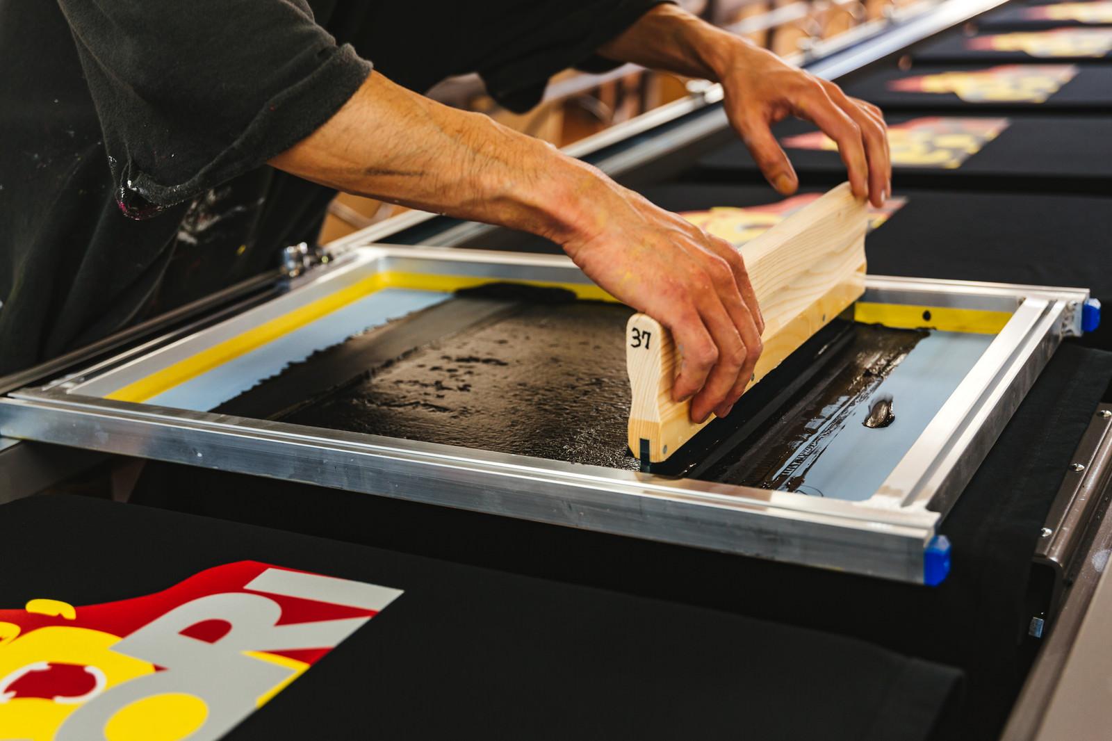 「版を使って手刷りするTシャツ工程 | 無料の写真素材はフリー素材のぱくたそ」の写真
