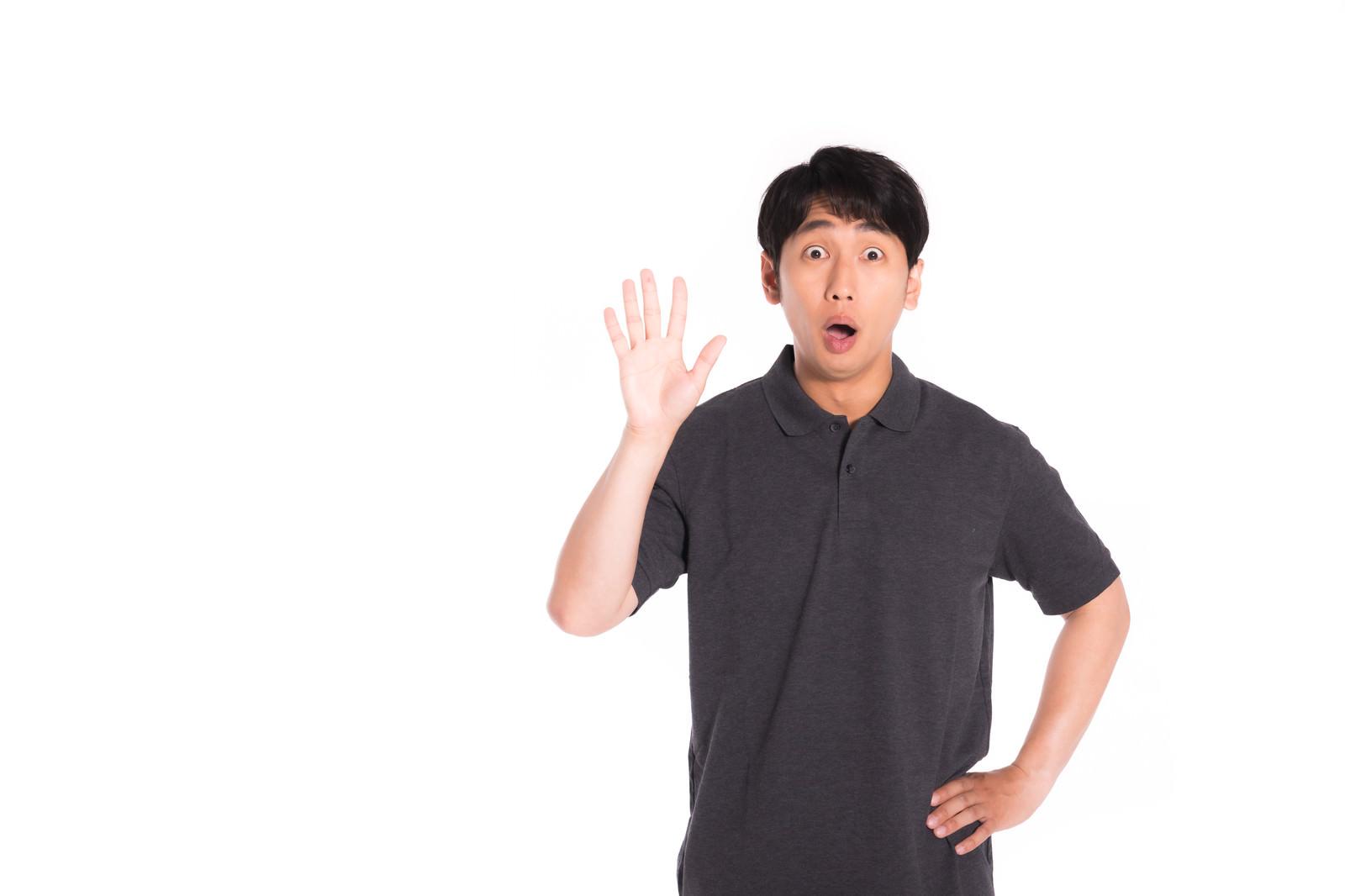 「突然の再会に驚く男性」の写真[モデル:大川竜弥]