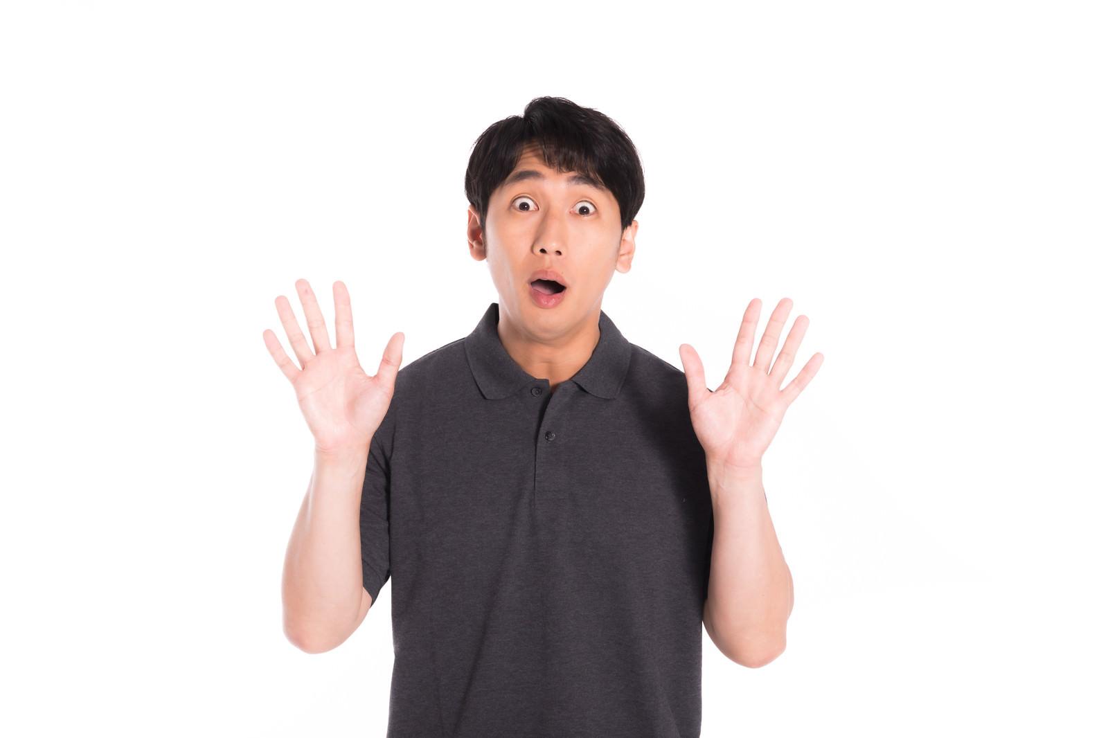 「「わっ!」と驚かせる男性」の写真[モデル:大川竜弥]