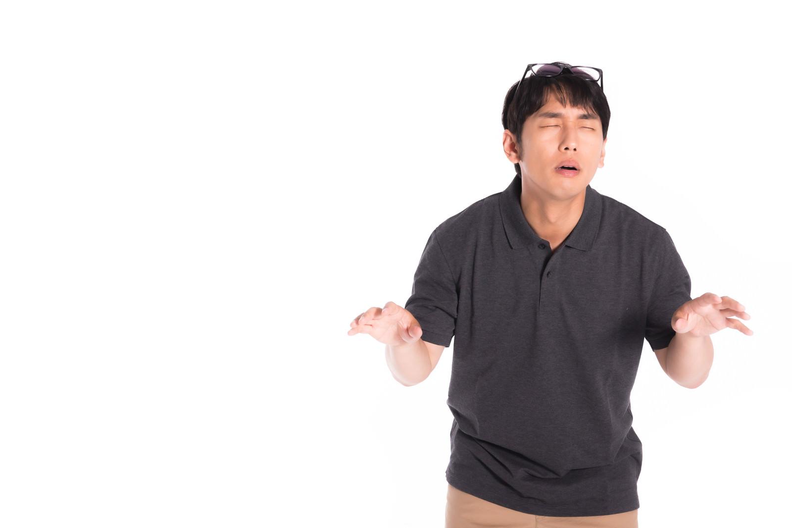 「定番のメガネボケを披露する芸人」の写真[モデル:大川竜弥]