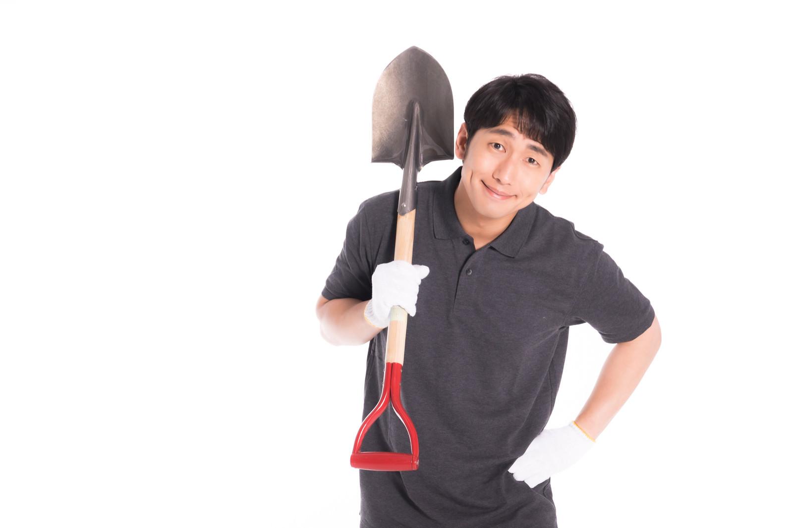 「掘り起こし作業をするお父さん」の写真[モデル:大川竜弥]