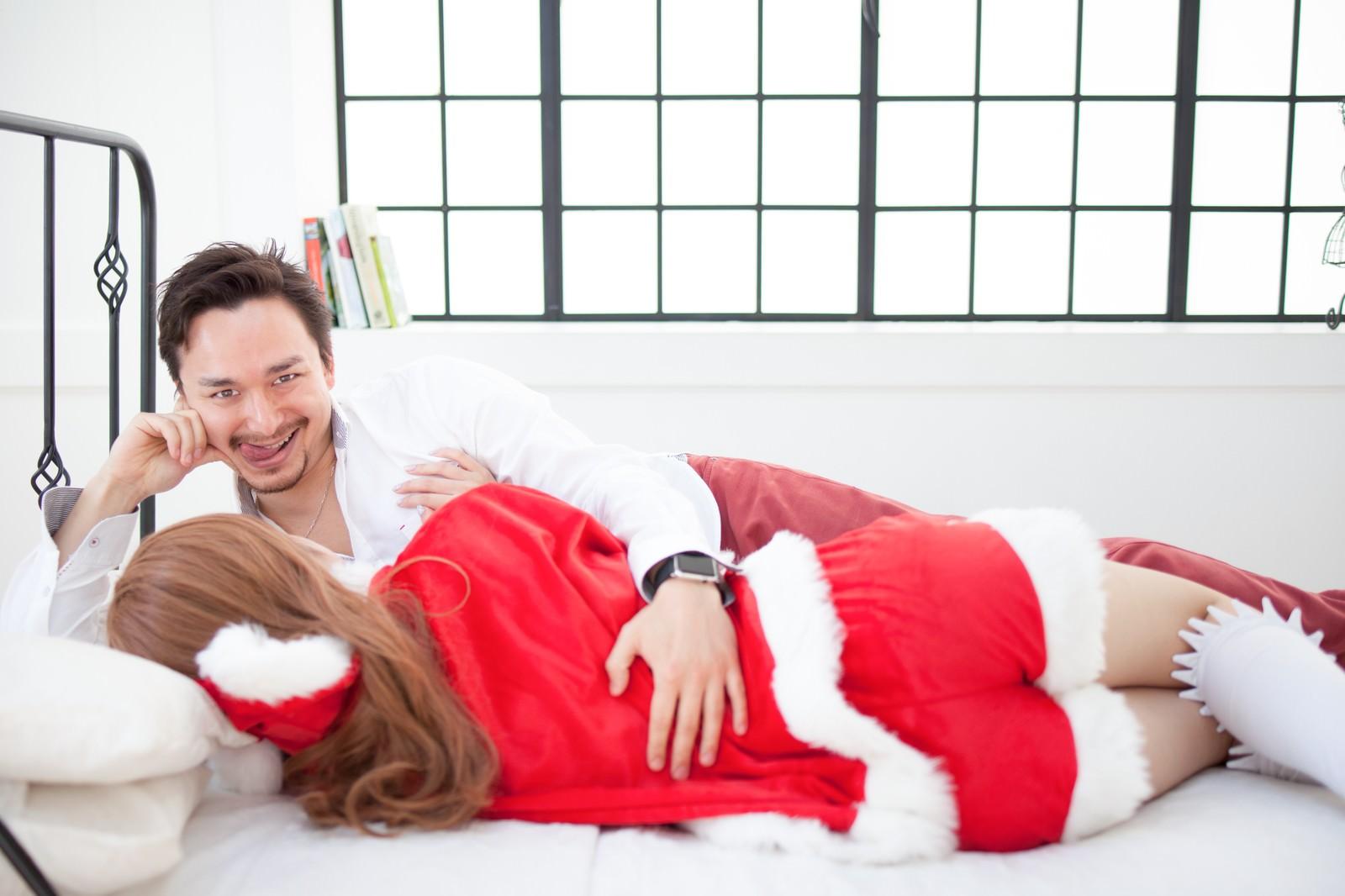 「女性サンタをゲットしたゲス顔ドイツ人ハーフ女性サンタをゲットしたゲス顔ドイツ人ハーフ」[モデル:Max_Ezaki]のフリー写真素材を拡大