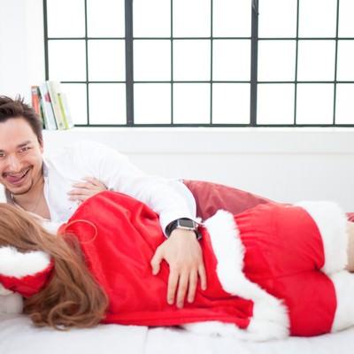 「女性サンタをゲットしたゲス顔ドイツ人ハーフ」の写真素材