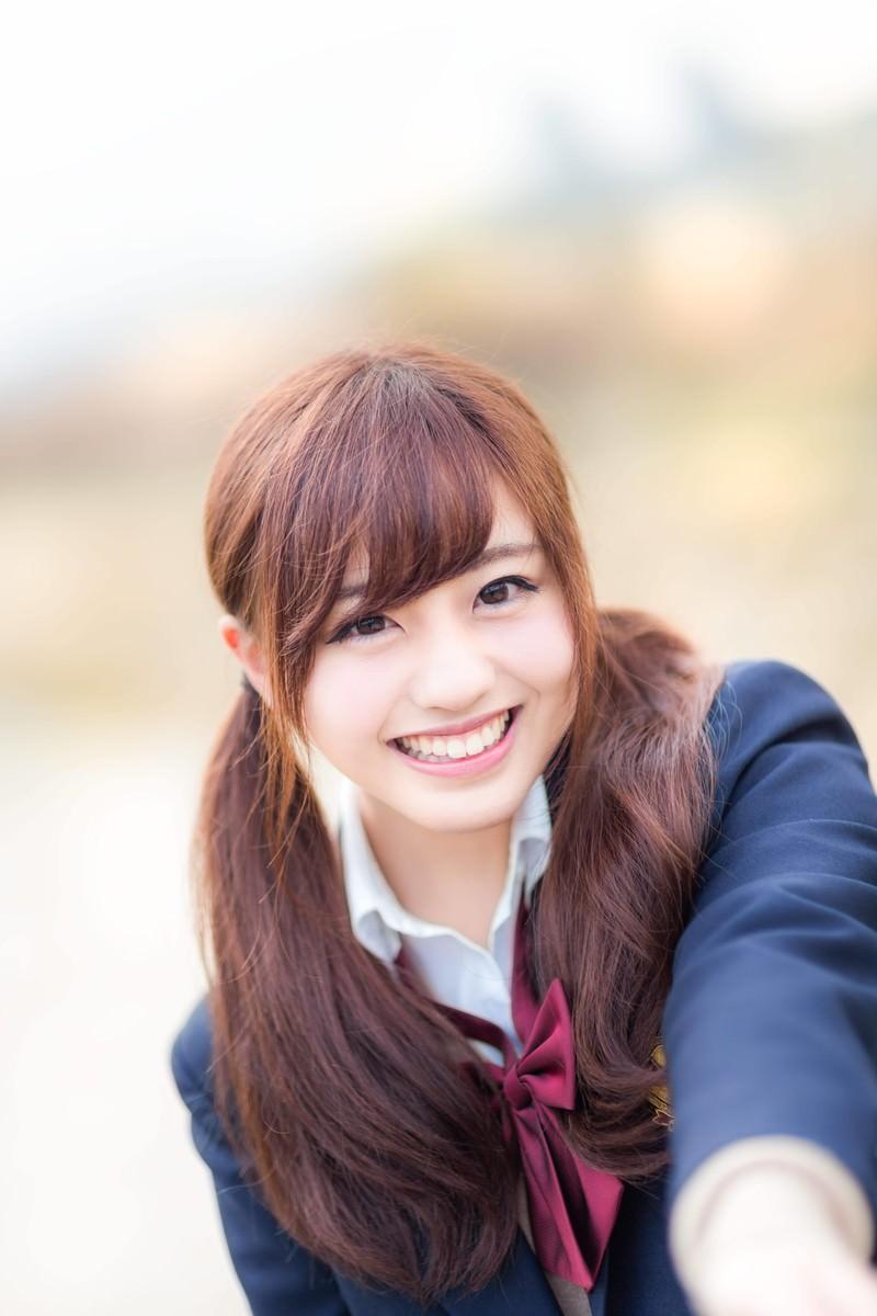 「通学中に明るく声をかけてくれる幼なじみの女子高生」の写真[モデル:河村友歌]