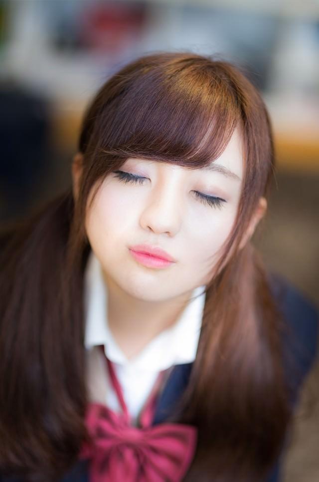 「放課後、教室でキスをせがむ彼女」のフリー写真素材