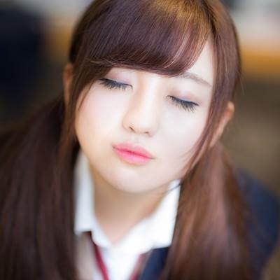 「放課後、教室でキスをせがむ彼女」の写真素材