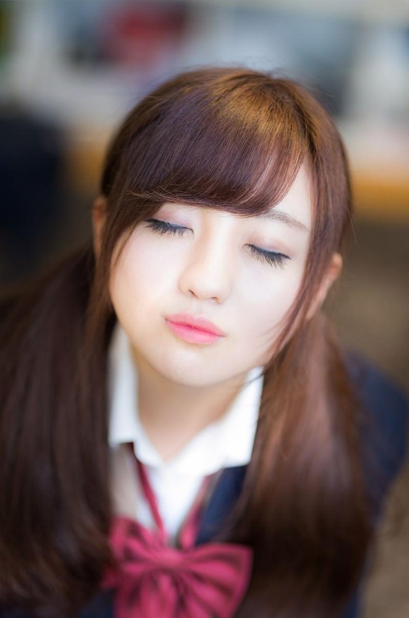 「放課後、教室でキスをせがむ彼女」の写真[モデル:河村友歌]