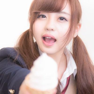 「ソフトクリームをアーンしてくれる女子高生」の写真素材