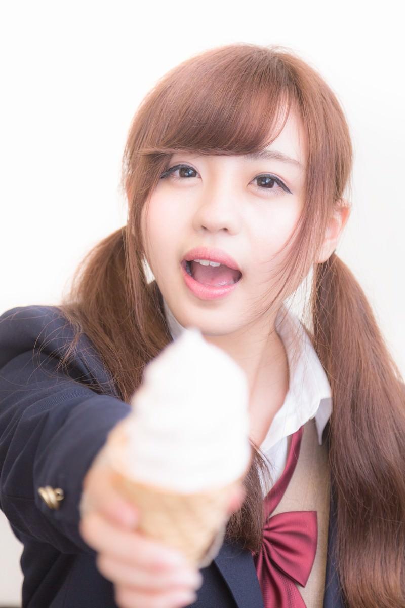 「ソフトクリームをアーンしてくれる女子高生」の写真[モデル:河村友歌]