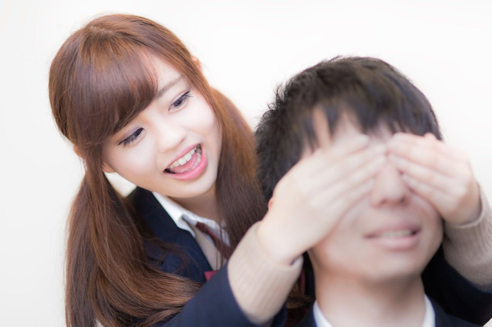 「「えへへ、だーれだ」女子高生に目隠しされる彼氏」の写真[モデル:河村友歌]