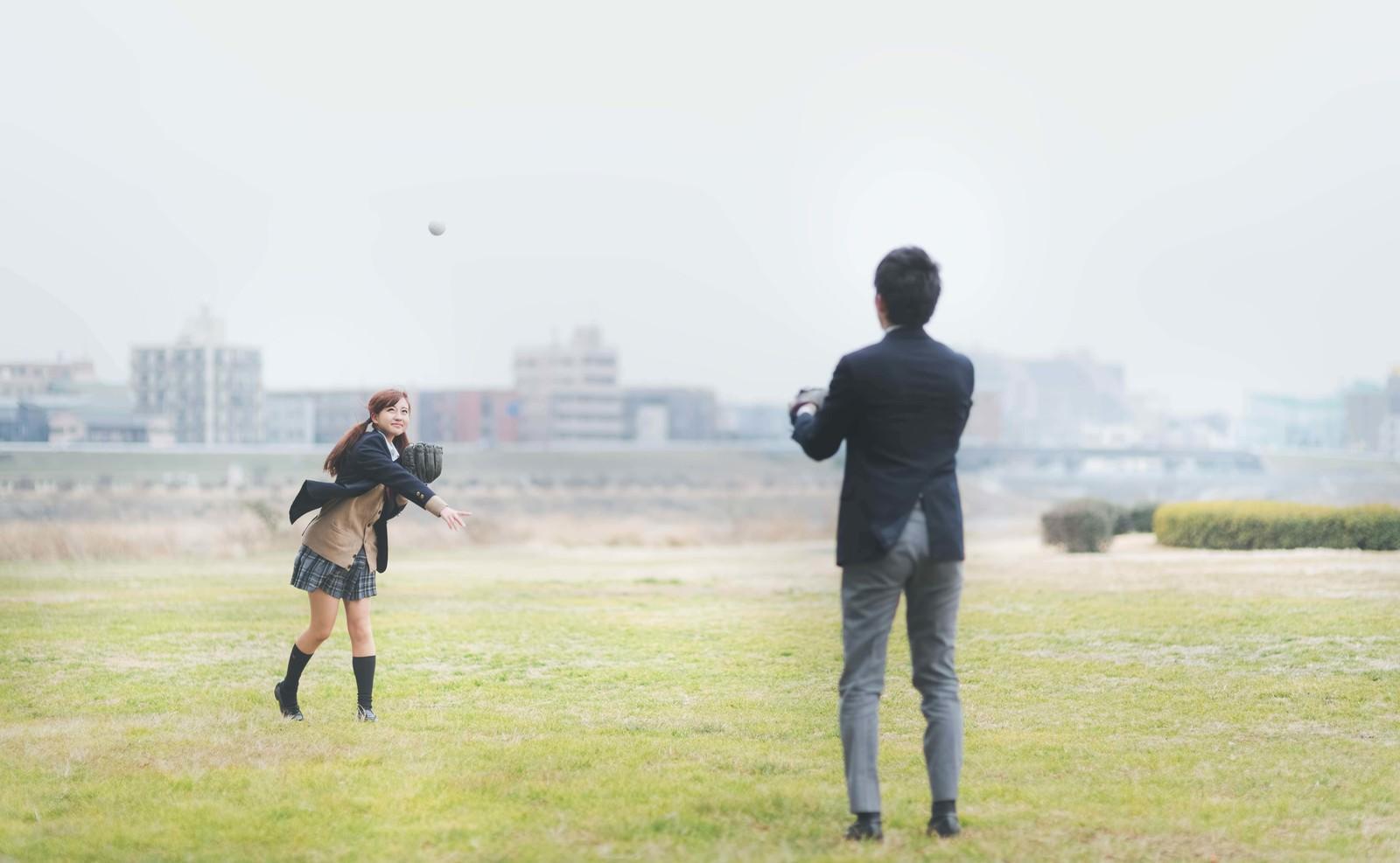 「放課後に彼氏とキャッチボールする女子高生」の写真[モデル:河村友歌]