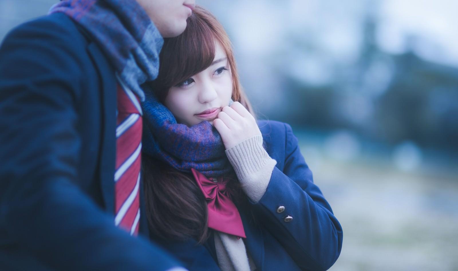 「「ずっと一緒だよ・・」彼のマフラーをぎゅっと掴んだ女子高生」の写真[モデル:河村友歌]