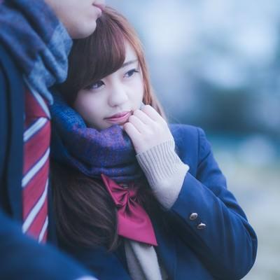 「「ずっと一緒だよ・・」彼のマフラーをぎゅっと掴んだ女子高生」の写真素材