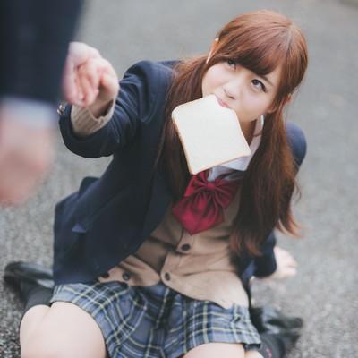 「食パンを咥えた女子高生とぶつかるレアなケース」の写真素材