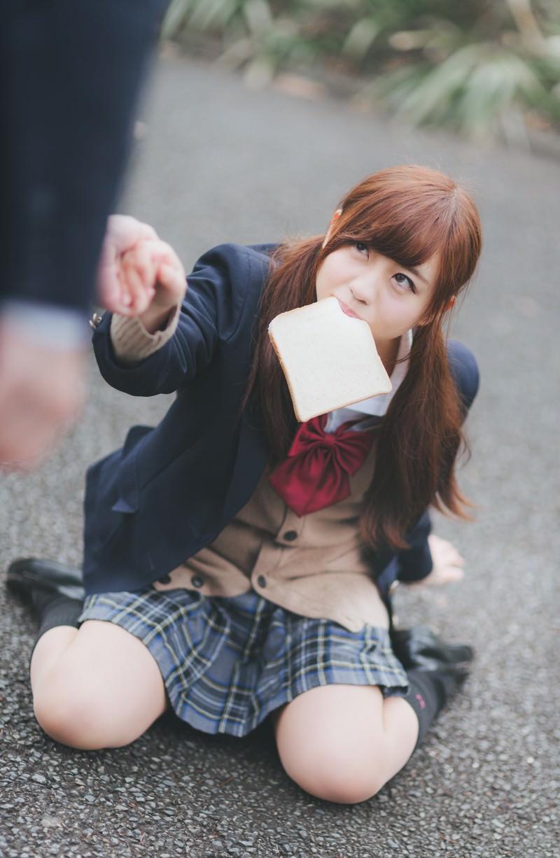 「食パンを咥えた女子高生とぶつかるレアなケース」の写真[モデル:河村友歌]
