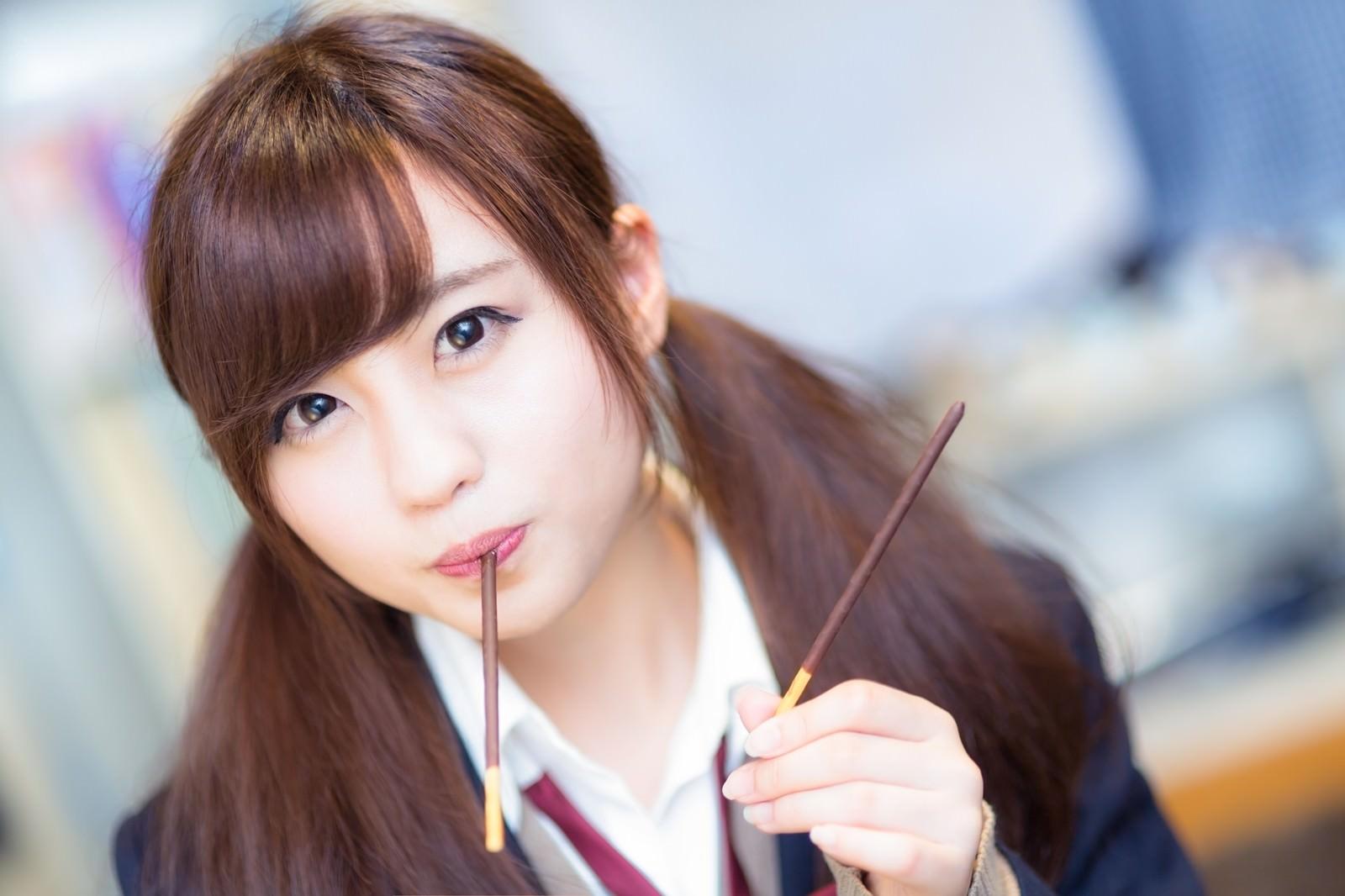 「「どっちが食べたい?」と僕をからかう女子高生の彼女」の写真[モデル:河村友歌]