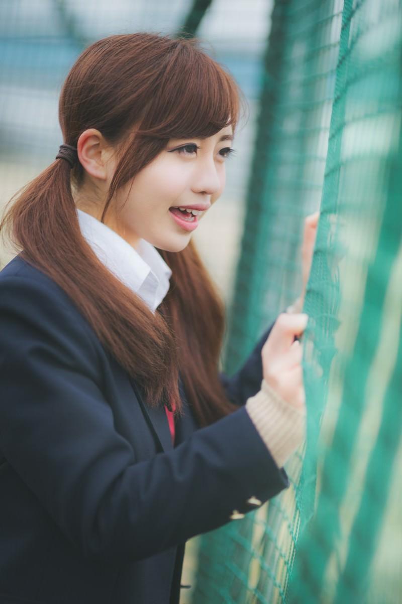 「バックネット裏から、声援を送る女子高生」の写真[モデル:河村友歌]