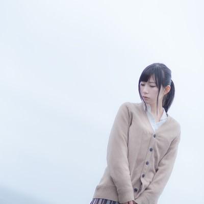 「切ない表情で埠頭を歩く女子高生」の写真素材
