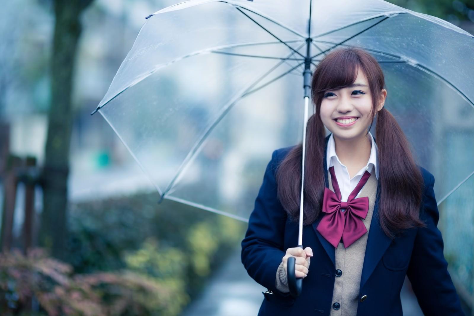 「傘を持ってるんそわしちゃう女子高生傘を持ってるんそわしちゃう女子高生」[モデル:河村友歌]のフリー写真素材を拡大