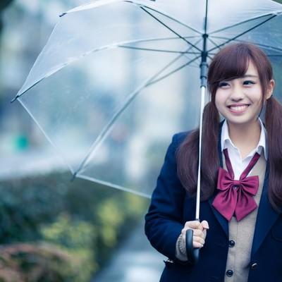 「傘を持ってるんそわしちゃう女子高生」の写真素材