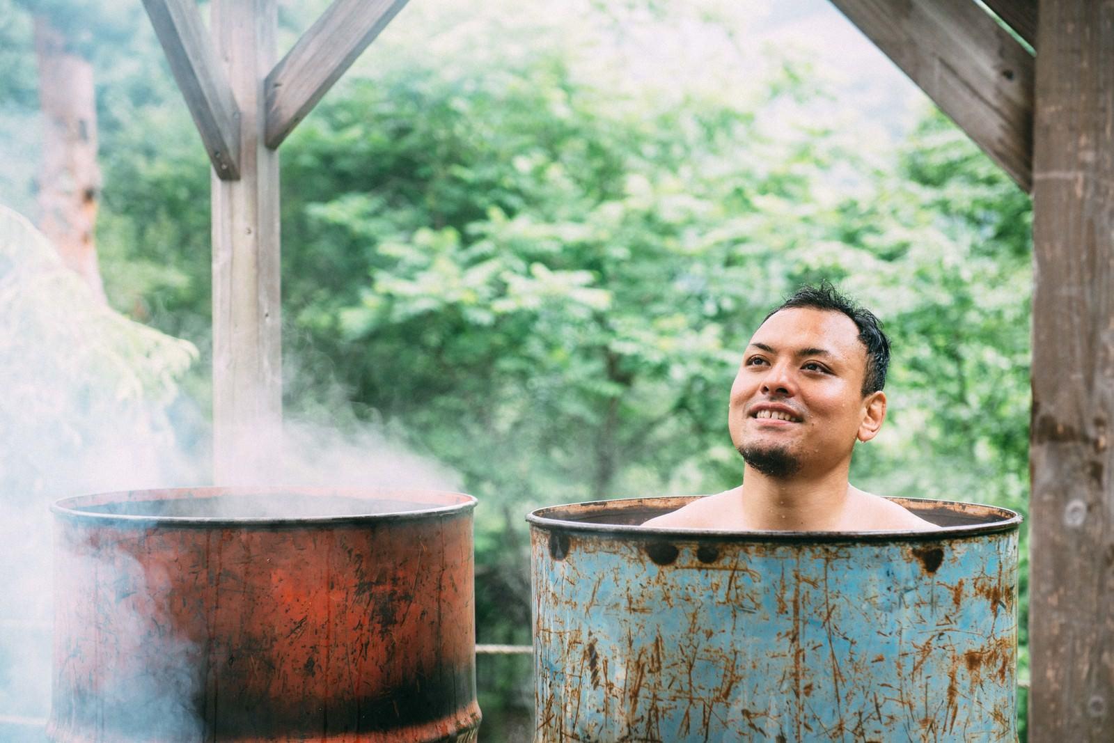 「ドラム缶風呂の気持ちよさにとろける男性ドラム缶風呂の気持ちよさにとろける男性」[モデル:カルロス]のフリー写真素材を拡大