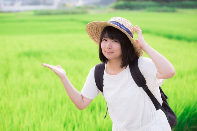 田舎の田んぼと麦わら女子の写真