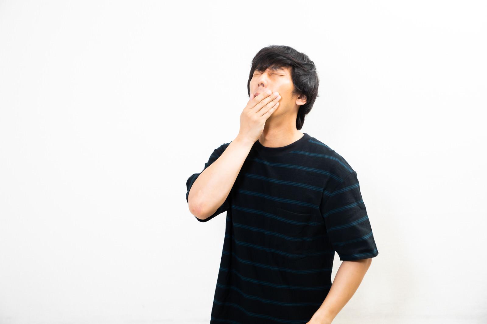 「寝起きの大きなあくび」の写真[モデル:大川竜弥]