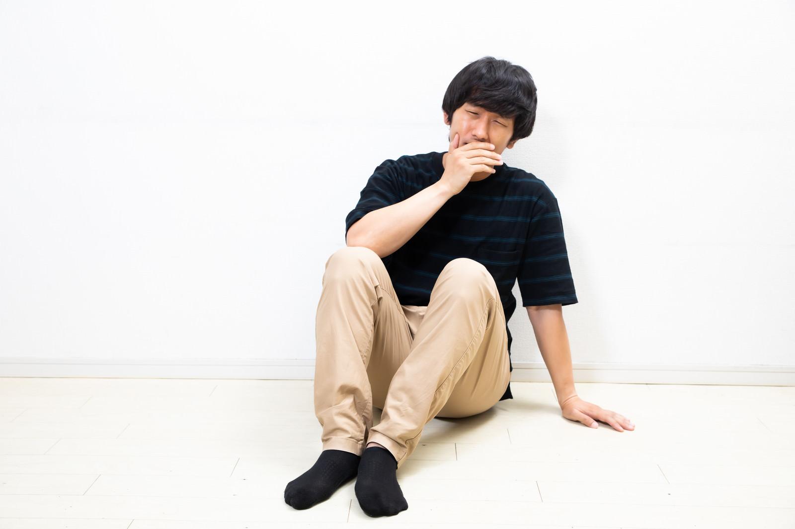 「足痺れてもうた」の写真[モデル:大川竜弥]