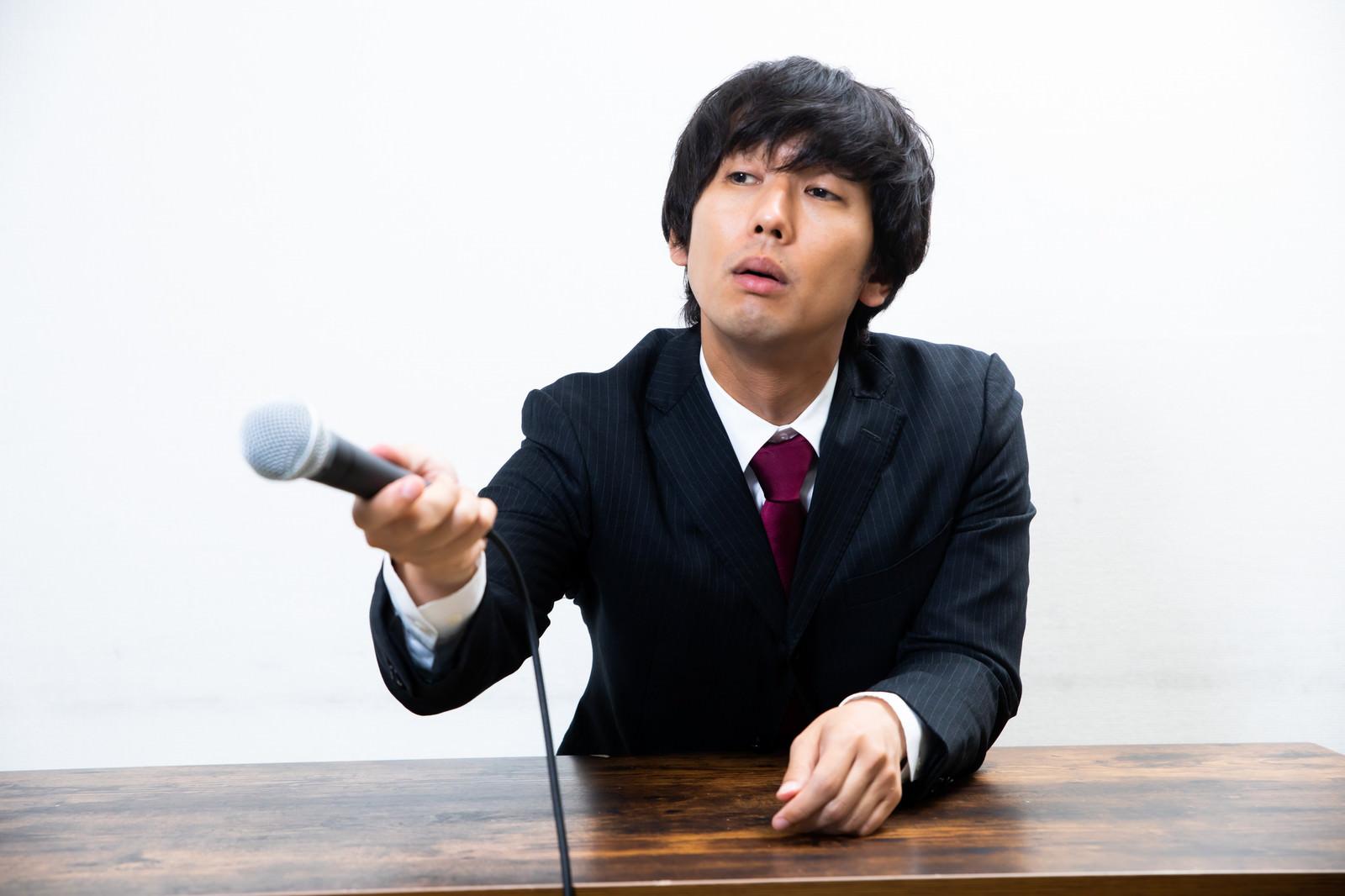 「呆れて記者に質問をする会見」の写真[モデル:大川竜弥]