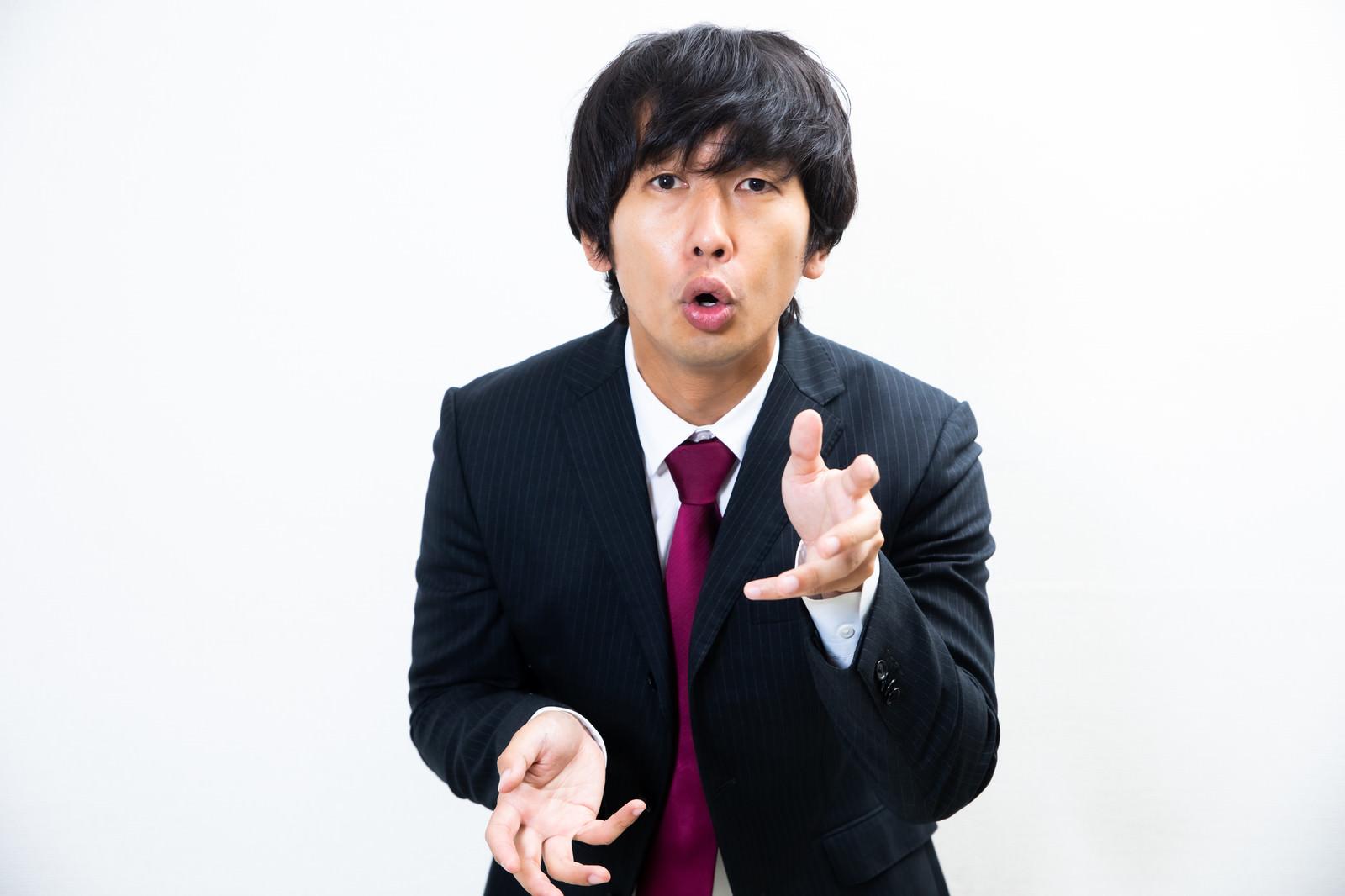 「煽ってくる営業マン」の写真[モデル:大川竜弥]