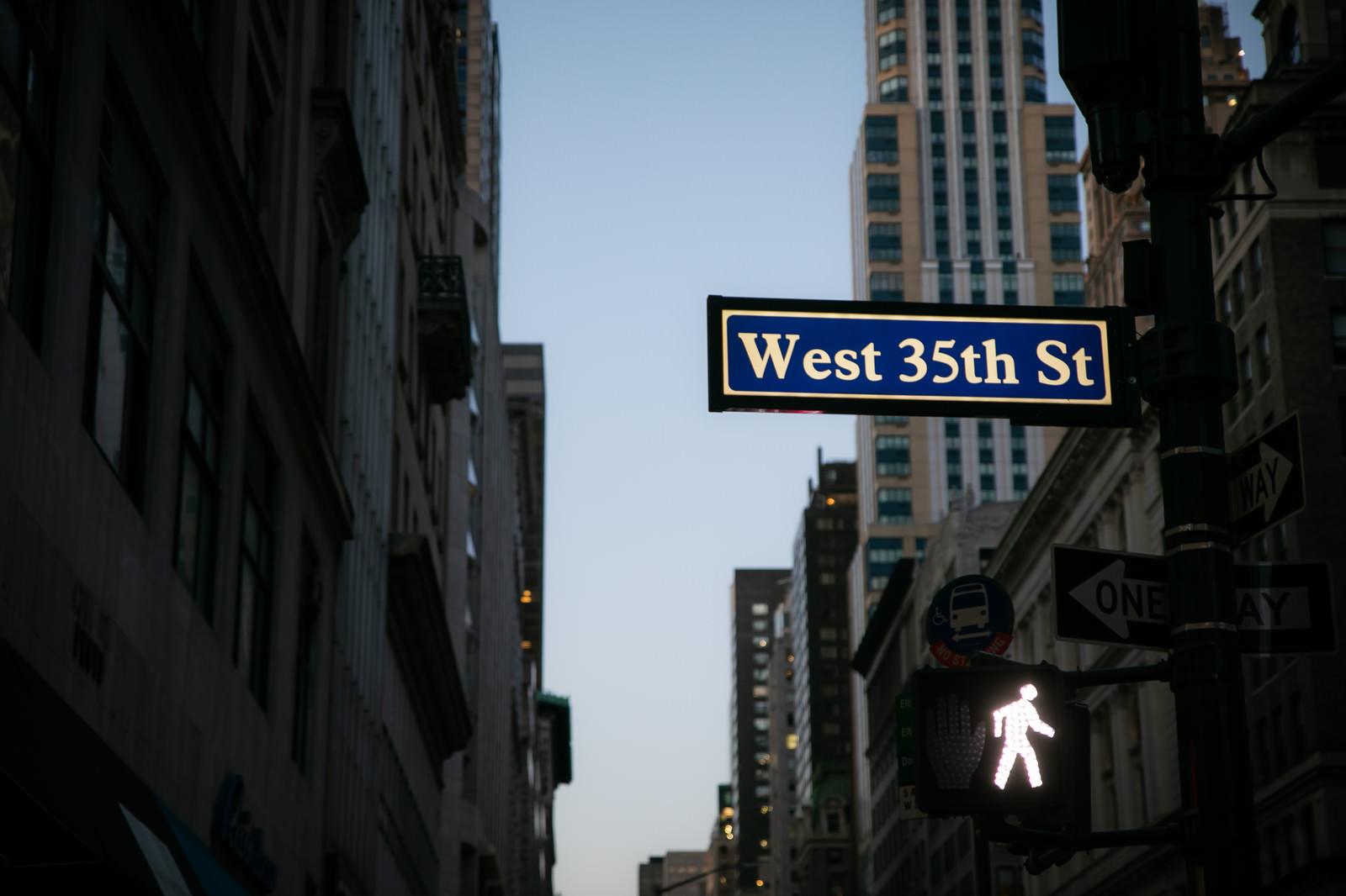 「ニューヨークのストリートサインと歩行者用信号」の写真