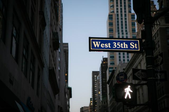 ニューヨークのストリートサインと歩行者用信号の写真