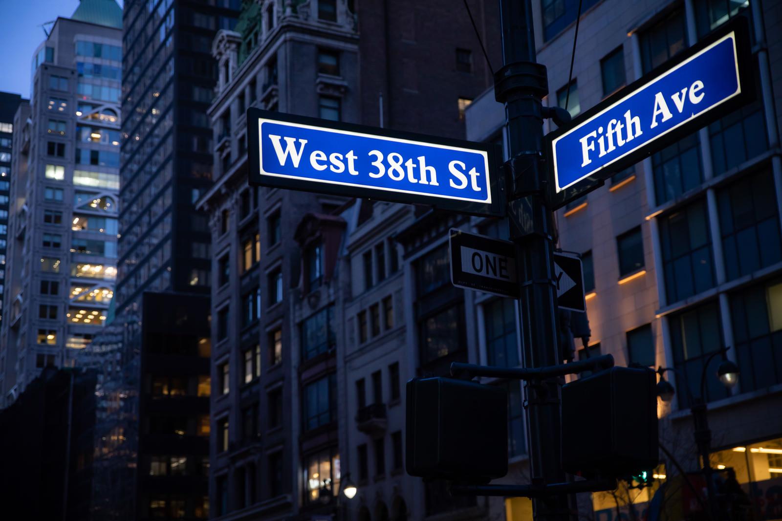 「ニューヨークの街並みとストリートサイン」の写真