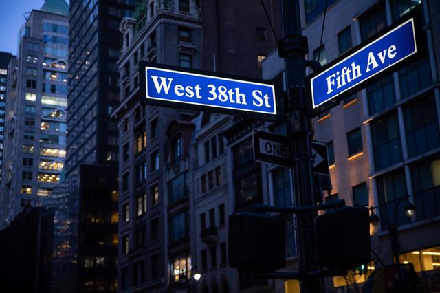 ニューヨークの街並みとストリートサインの写真