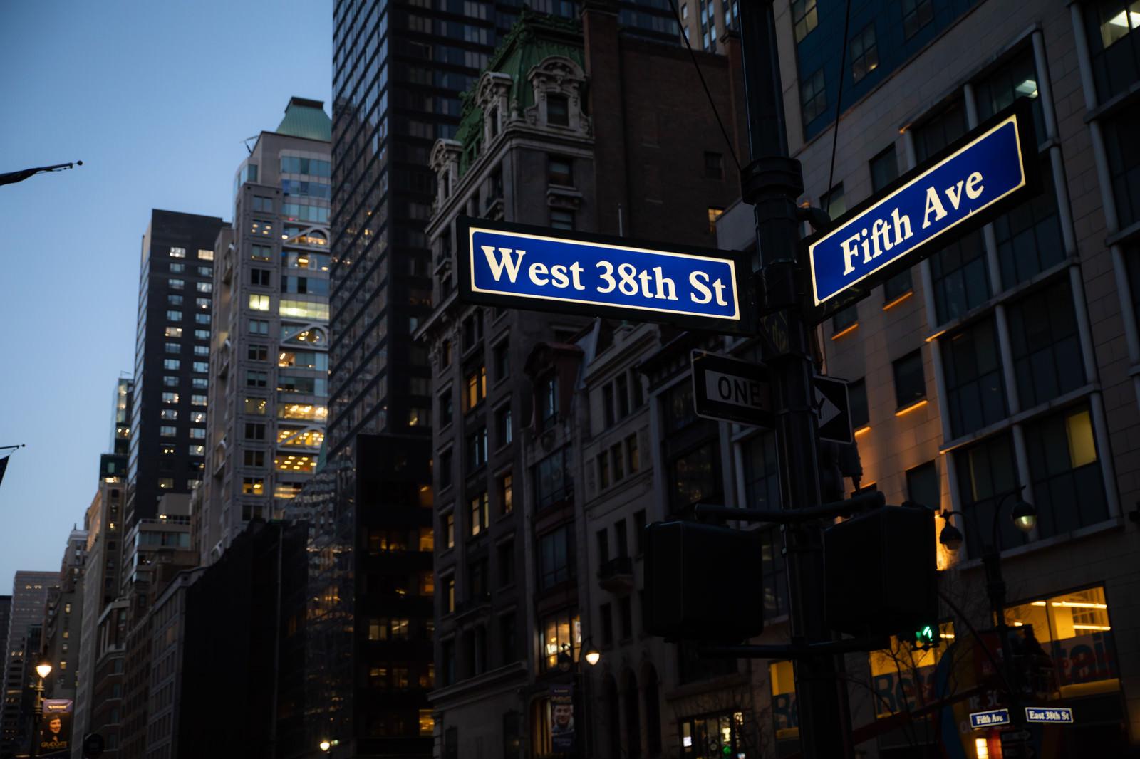 「ニューヨークに建ち並ぶビルとストリートサイン」の写真