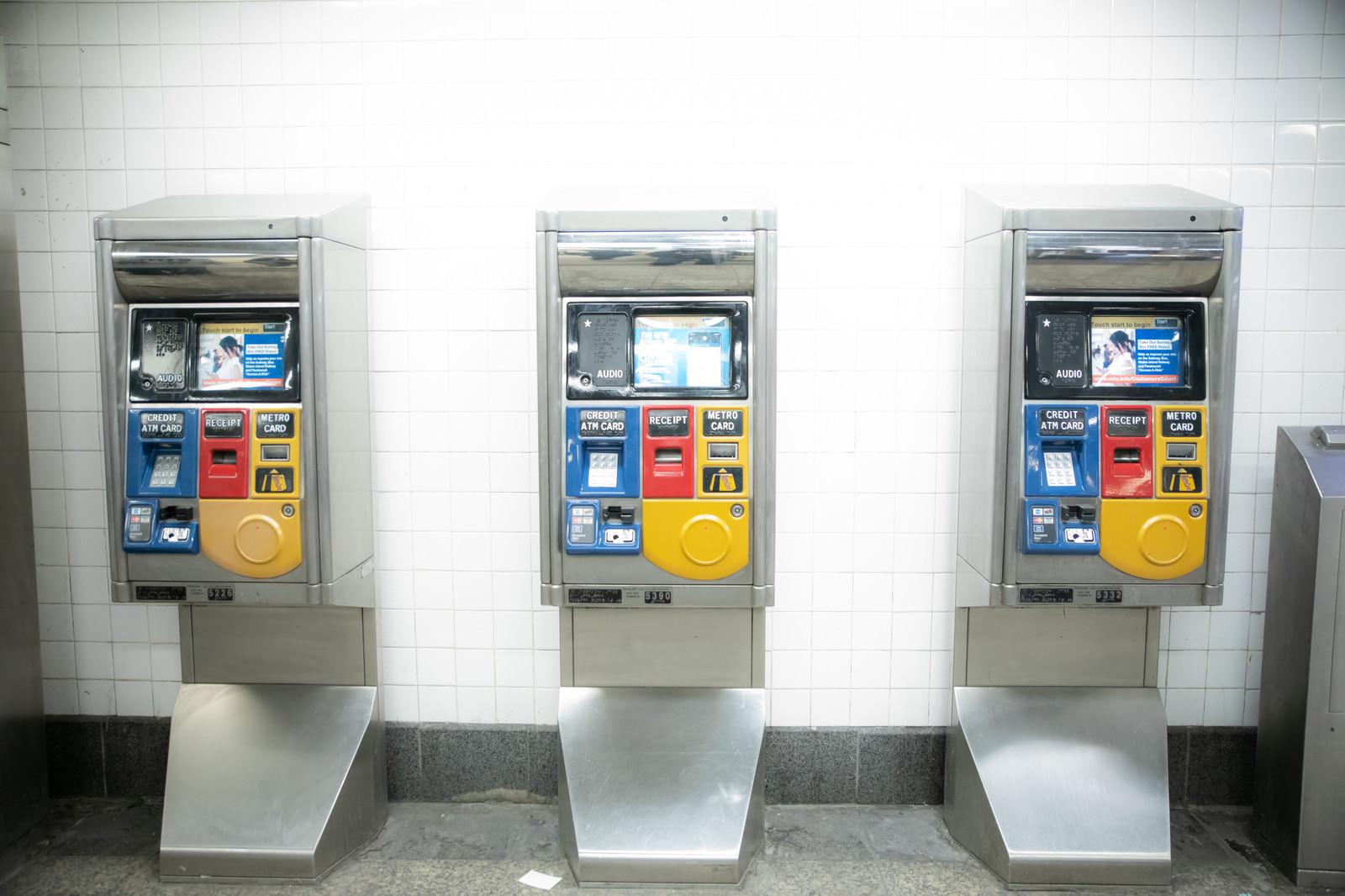 「セレクトバス停留所に設置してある券売機(ニューヨーク)」の写真