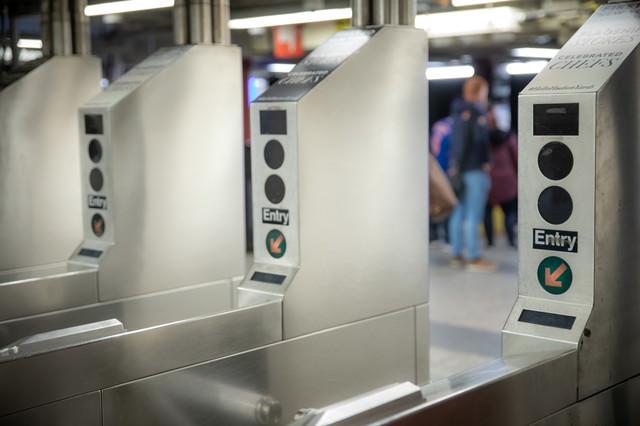 ニューヨークの地下鉄の改札機の写真