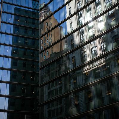 高層ビルのガラス窓に反射する街並み(ニューヨーク)の写真