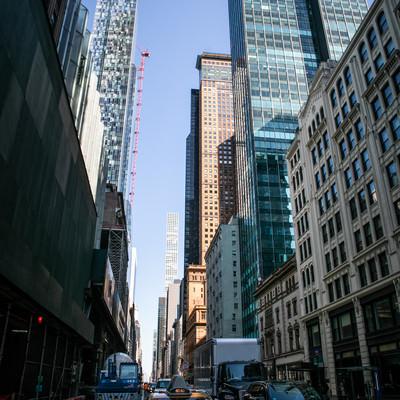 ニューヨークのビル群とイエローキャブの写真