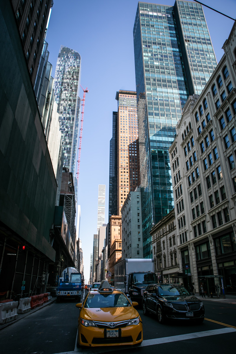 「ニューヨークのビル群とイエローキャブ」の写真