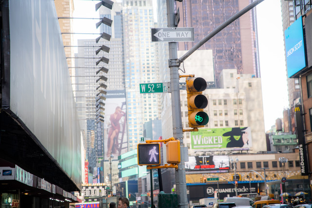 ニューヨークの街並みと信号機(歩行者)の写真