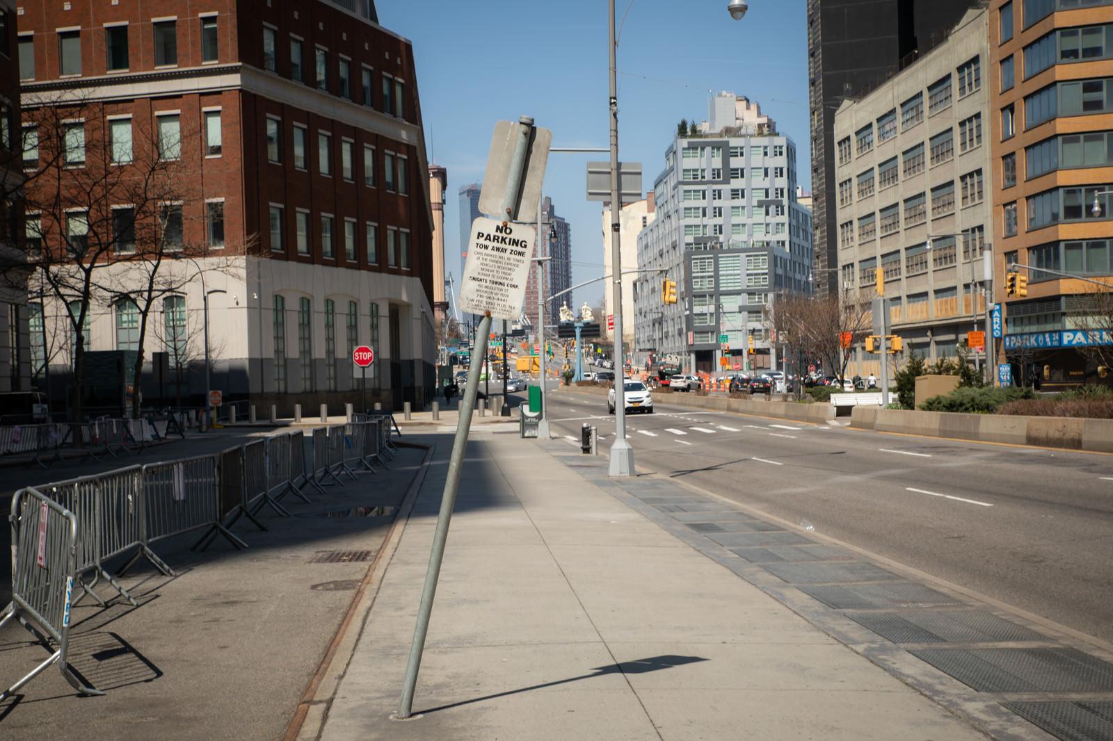 「折れた標識と歩道(ニューヨーク)」の写真
