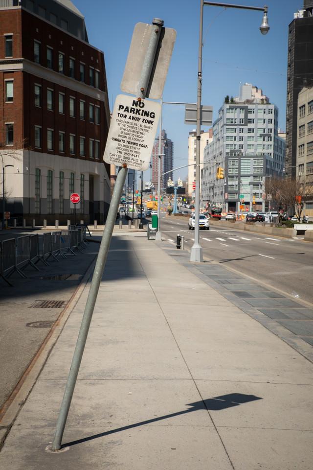 斜めになった駐車禁止の標識の写真