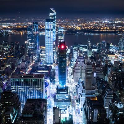 ニューヨークの夜景に浮かび上がる高層ビルの写真