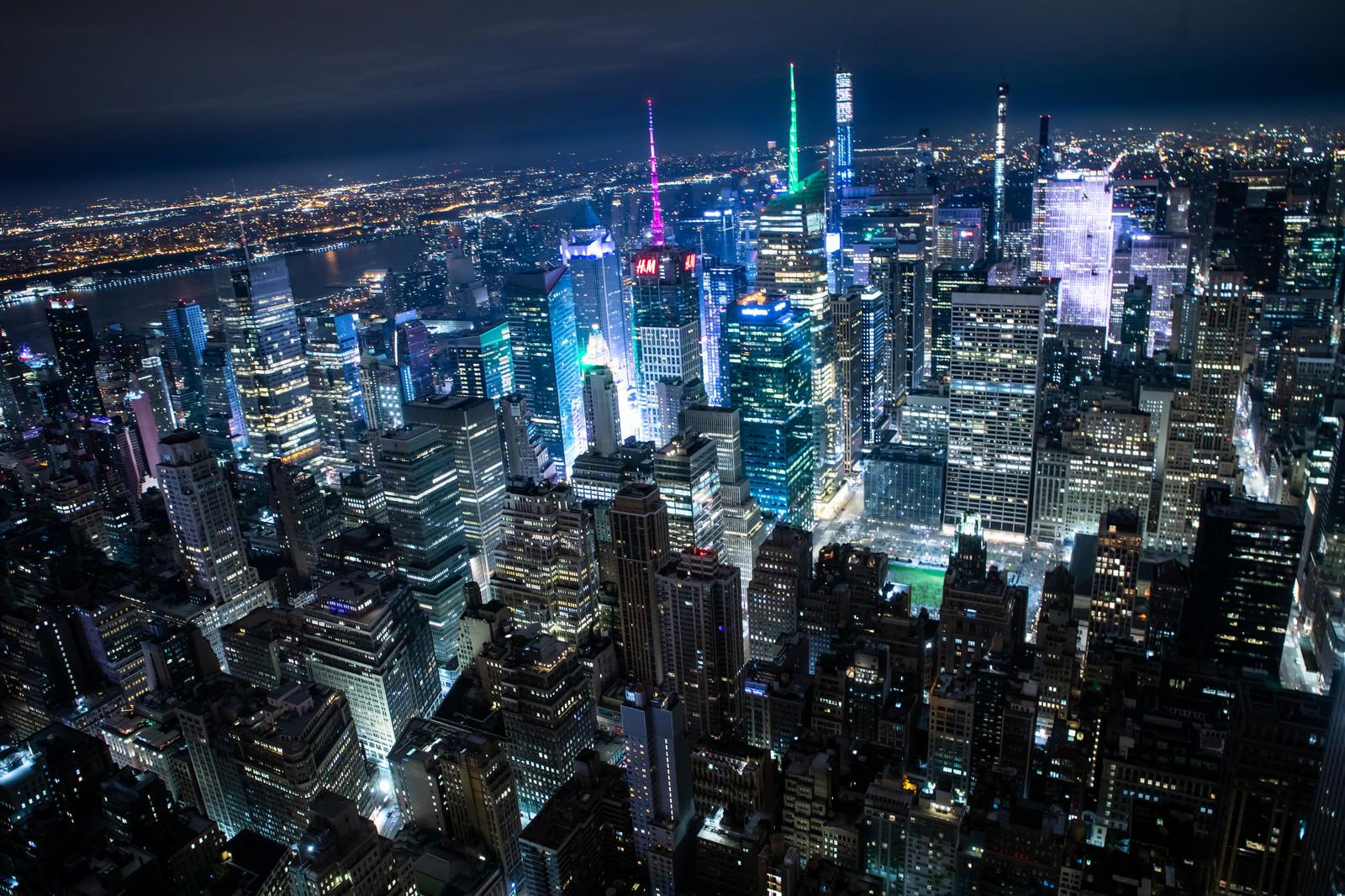 「ニューヨークに聳え立つビル群の夜景 | 写真の無料素材・フリー素材 - ぱくたそ」の写真
