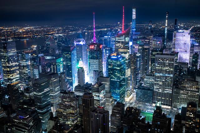 近未来的に映るニューヨークの夜景の写真