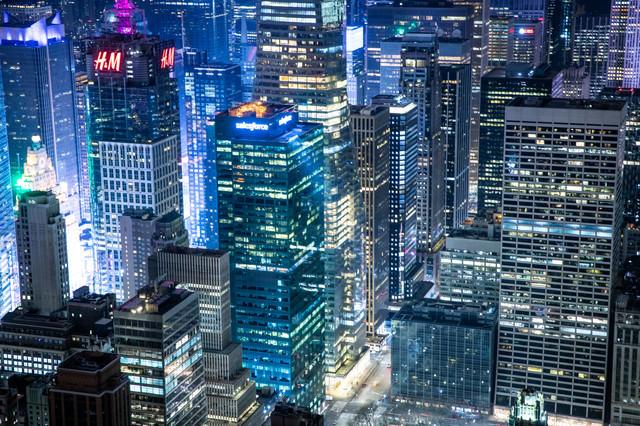 カラフルに彩るニューヨークの夜景の写真