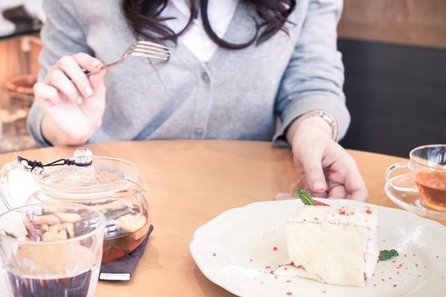彼女とカフェでケーキを食べるの写真