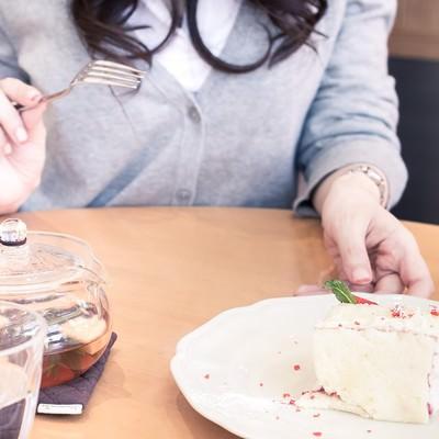 「彼女とカフェでケーキを食べる」の写真素材