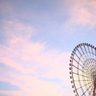 夕焼け空と観覧車の写真